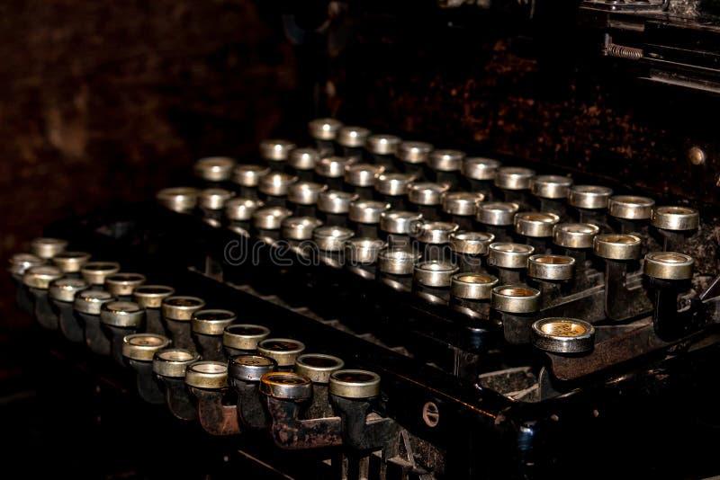 一台老德国葡萄酒打字机的键盘有斯拉夫语字母的钥匙的 免版税图库摄影