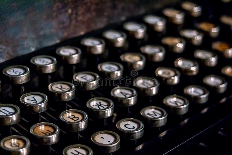 一台老德国葡萄酒打字机的键盘有斯拉夫语字母的钥匙的 库存照片