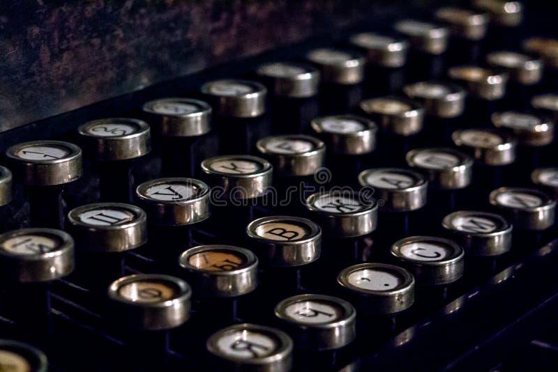 一台老德国葡萄酒打字机的键盘有斯拉夫语字母的钥匙的 免版税库存图片