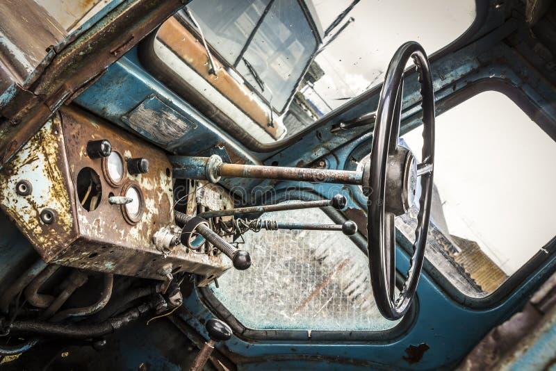 一台老拖拉机的客舱 库存图片