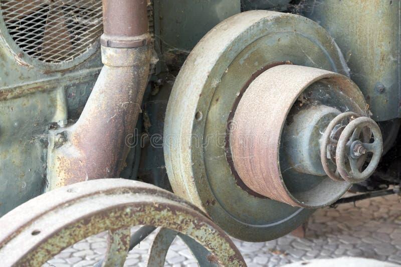一台老拖拉机的飞轮 库存图片