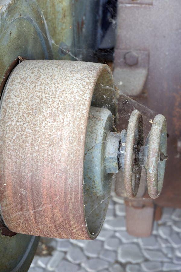 一台老拖拉机的飞轮 库存照片