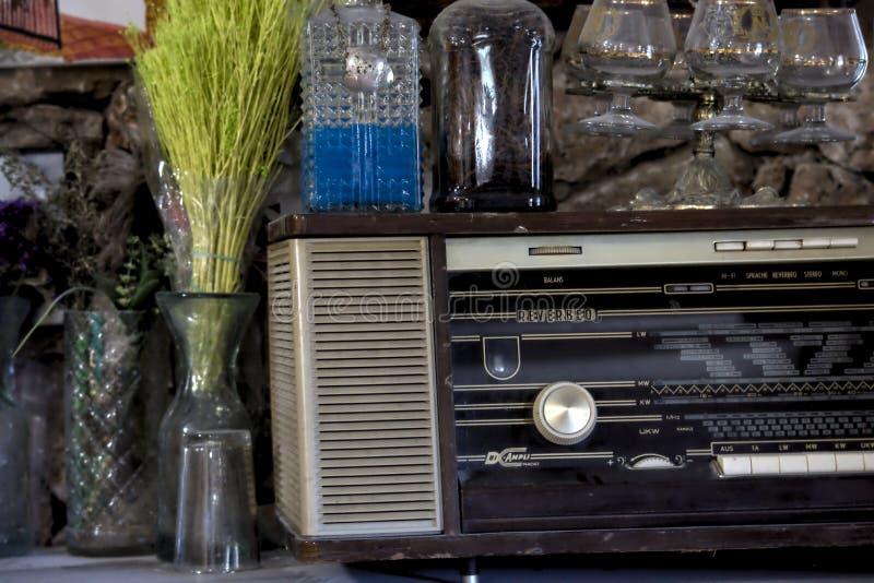 一台老收音机和一些玻璃觚在一个老博物馆 免版税库存照片