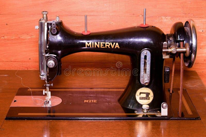 一台老葡萄酒手缝纫机的照片 选择聚焦 新的发行被重新设计的美元钞票 库存图片