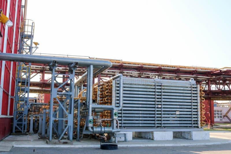 一台蓝色筒形反应器,在生产高压聚乙烯的管子的管子型的热转换器在炼油厂, petrochemic 免版税库存照片
