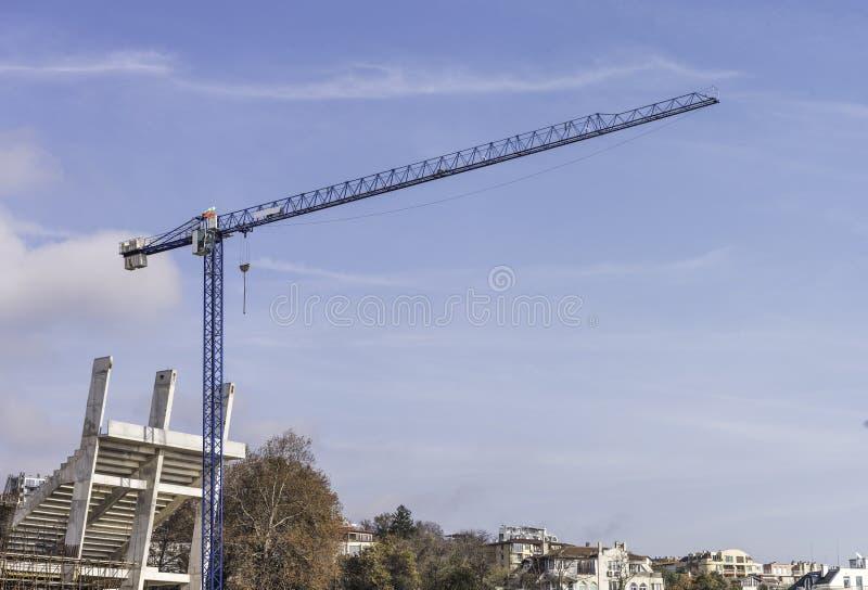 一台被隔绝的建筑用起重机的全景 免版税库存图片