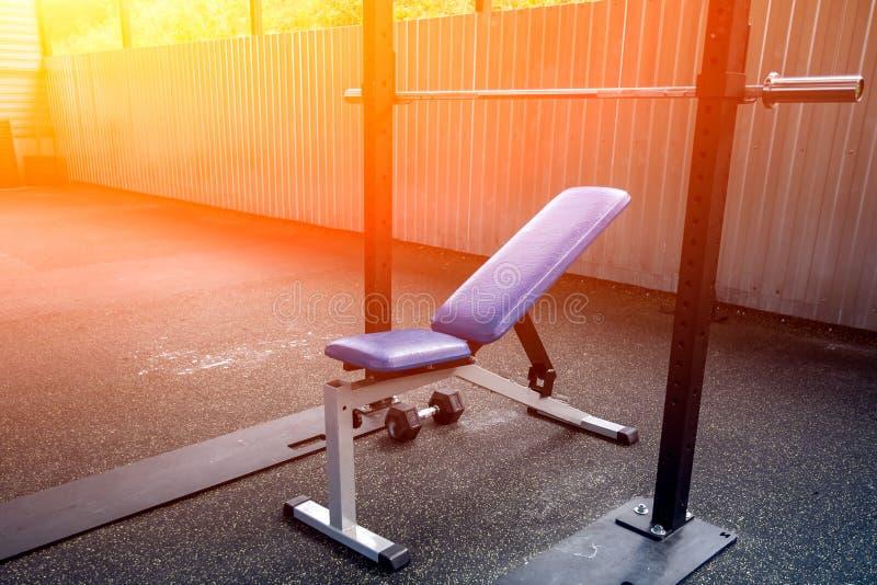 一台金属模拟器的特写镜头在健身房的 免版税库存照片