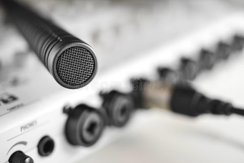 一台高保真度的电容传声器的宏观细节 免版税库存照片