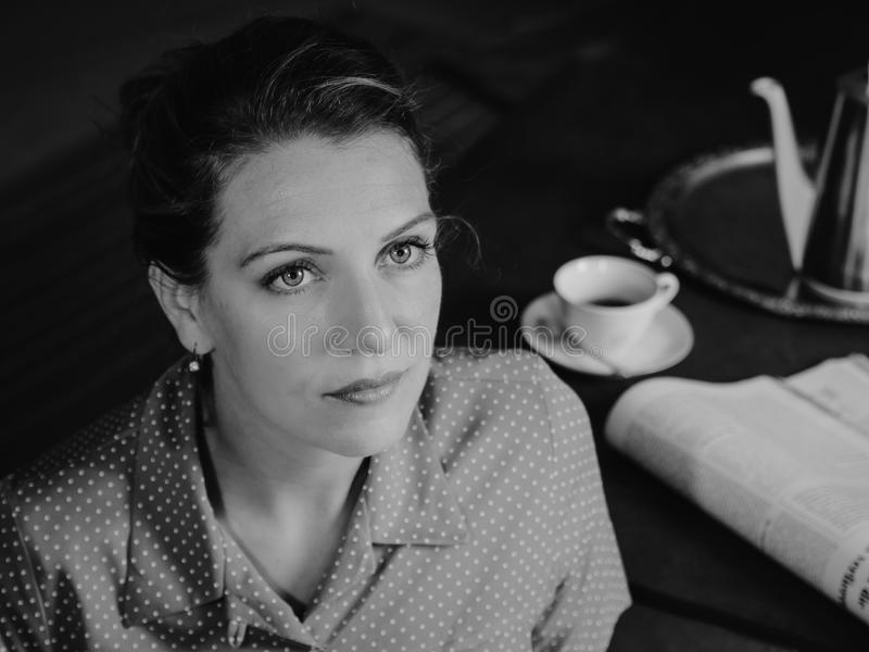 一名严肃的妇女的画象看在上面的茶时间的 免版税图库摄影