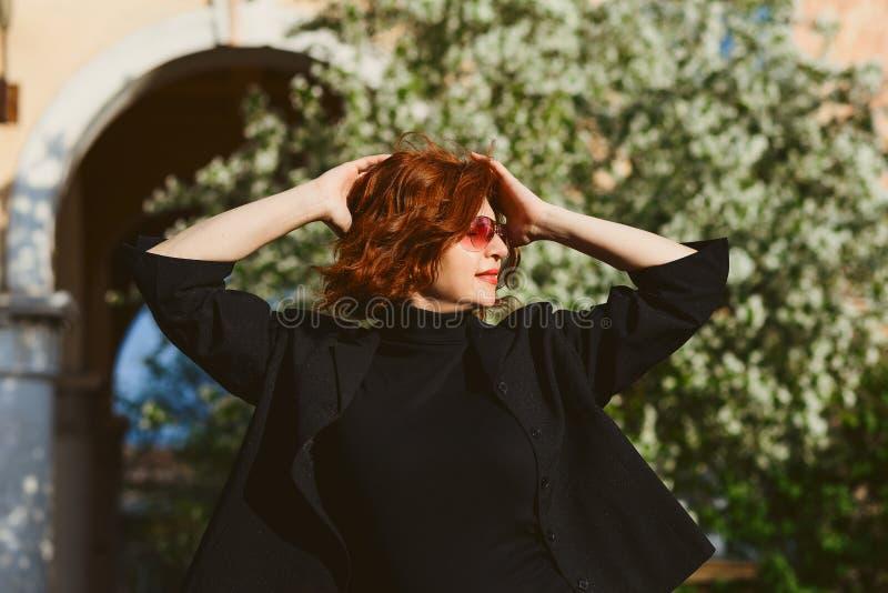一名中年妇女佩带的太阳镜的画象 免版税库存照片