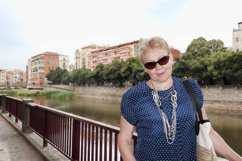 一名中年妇女的画象堤防的 库存照片
