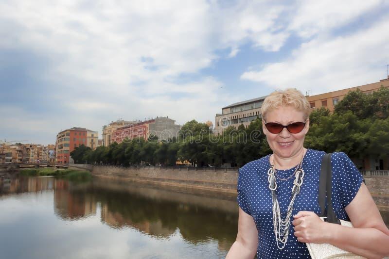 一名中年妇女的画象堤防的 免版税库存照片