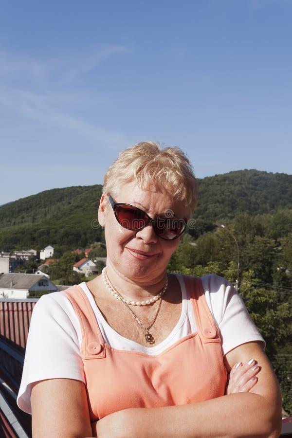 一名中年妇女的画象的城市的背景的 图库摄影