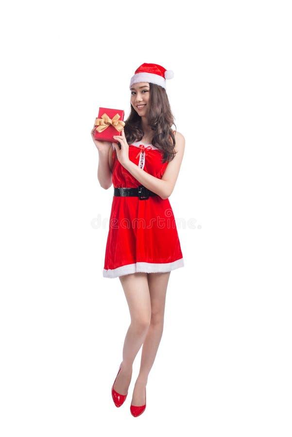 一名亚裔妇女的全长画象在圣诞老人布料holdi 图库摄影