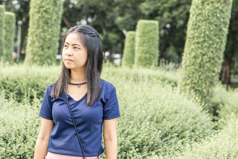 一名亚裔妇女的画象有在公园的 库存照片