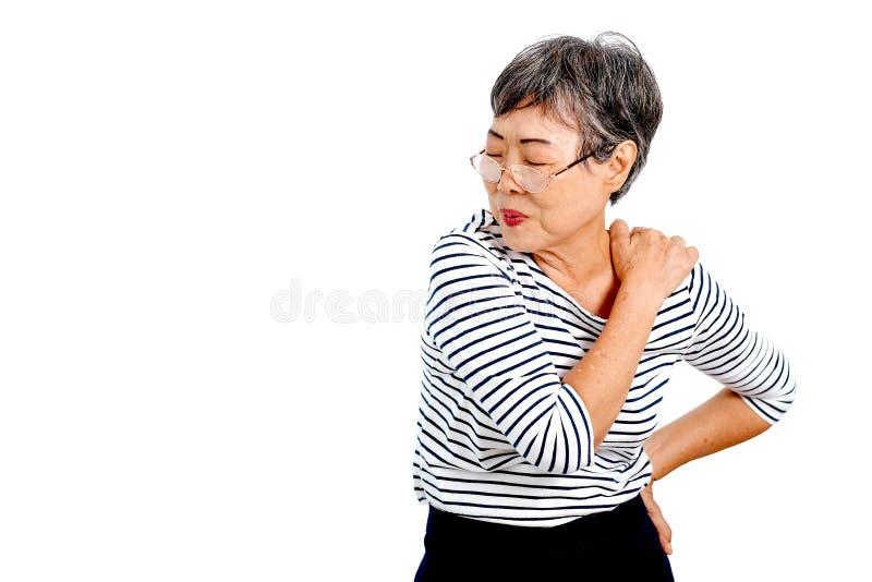 一名亚裔年长妇女表达肩膀痛苦的行动和隔绝在与拷贝空间的白色背景 免版税库存图片