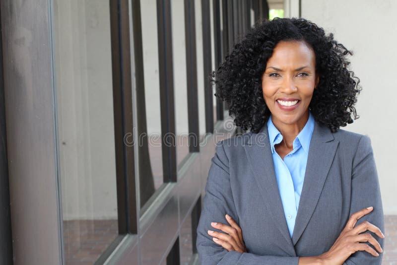 一名俏丽的非裔美国人的妇女在工作 免版税库存照片