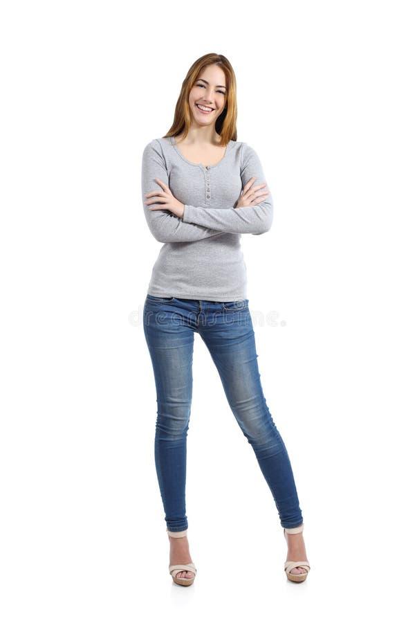 一名偶然愉快的妇女站立的佩带的牛仔裤的确信的充分的身体 免版税库存照片