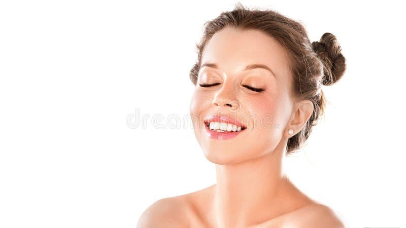 一名兴高采烈的妇女的画象有在白色背景隔绝的闭合的眼睛的 健康光亮的皮肤,牙健康和自然 库存图片