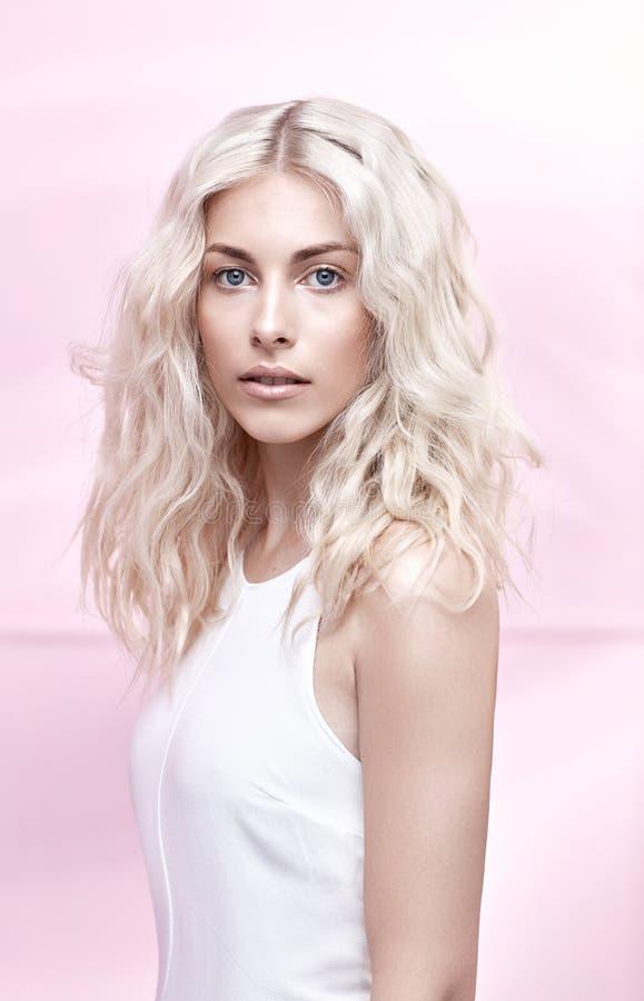 一名典雅的白肤金发的妇女的特写镜头画象 免版税库存照片