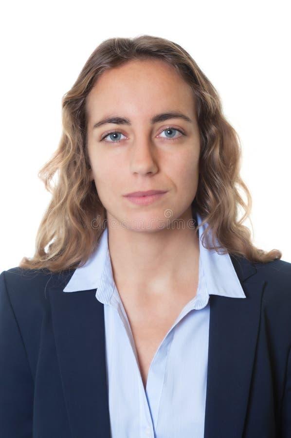 一名凉快的白肤金发的女实业家的护照照片有蓝眼睛和燃烧物的 库存图片