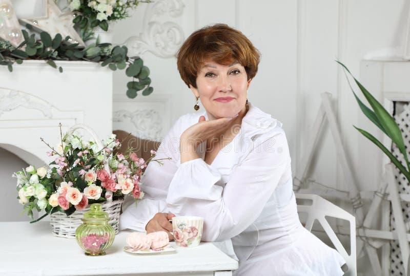 一名可爱的中间年迈的妇女的画象 免版税库存照片