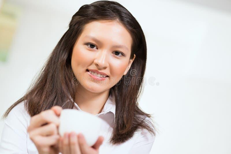 一名可爱的亚裔妇女的画象 免版税库存图片