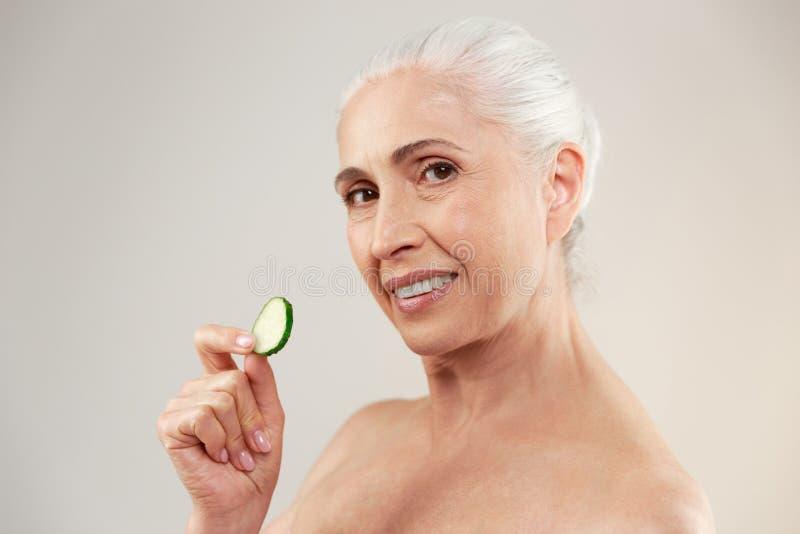 一名可爱的半赤裸年长妇女的秀丽画象 免版税库存照片