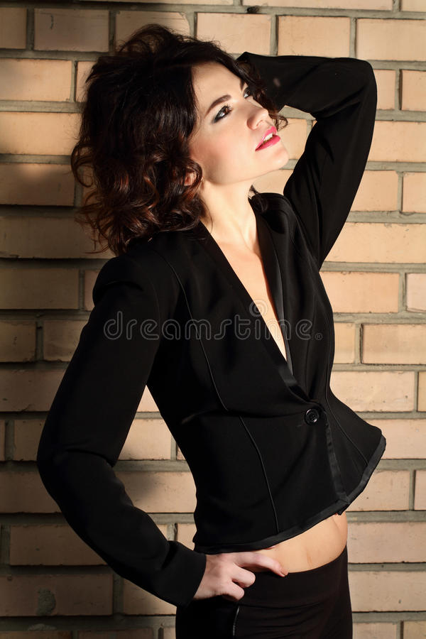 一名可爱的时兴的新深色的妇女的纵向 免版税库存照片