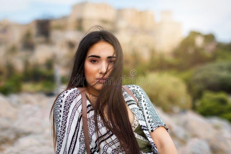 一名可爱,地中海,深色的妇女的画象 免版税库存照片