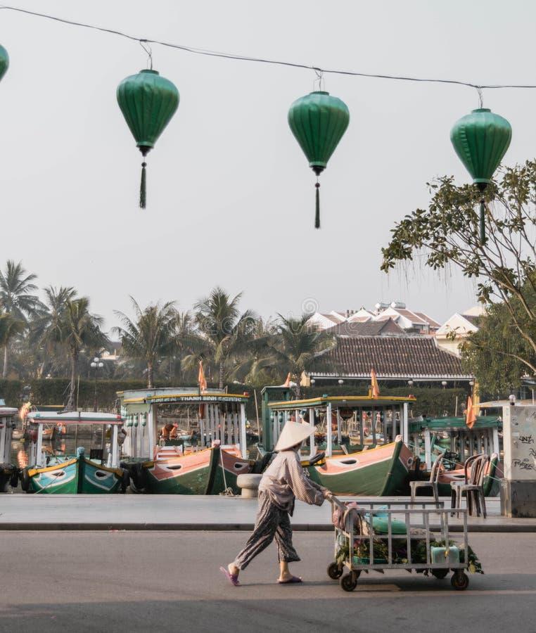 一名地方越南妇女在的hoi推挤推车工作 库存照片