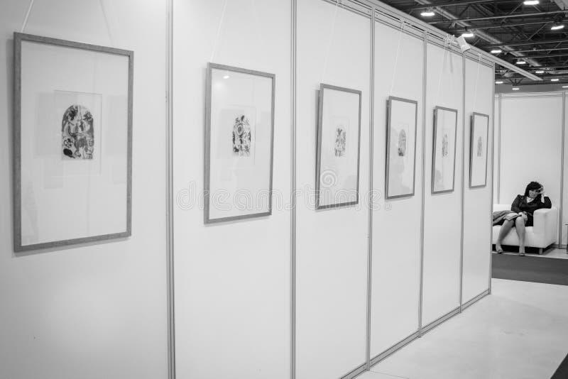 一名妇女在展览室里 免版税库存照片