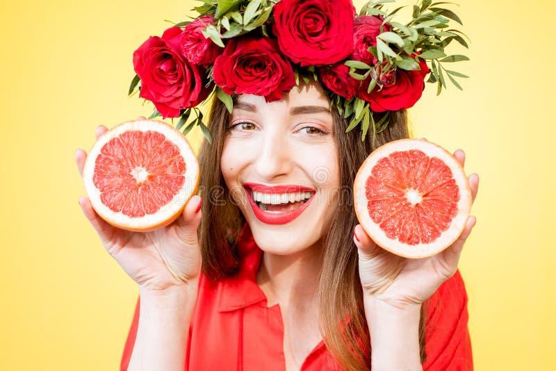 一名妇女的五颜六色的画象有花花圈和果子的 库存图片