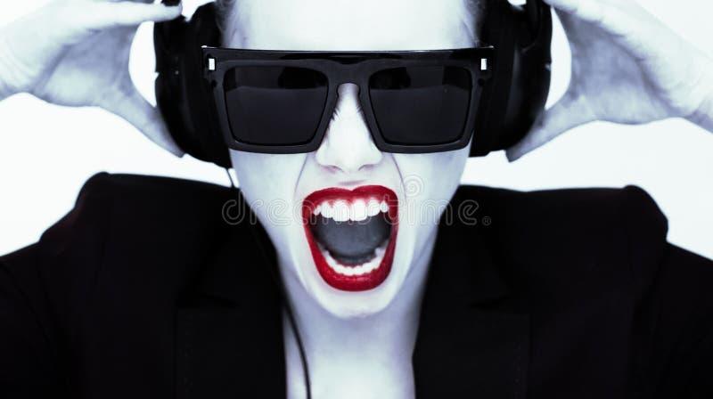 一名妇女的剧烈的画象耳机的 库存图片