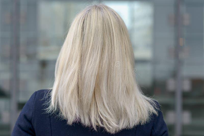 一名妇女的后方有肩膀长度金发的 免版税库存图片
