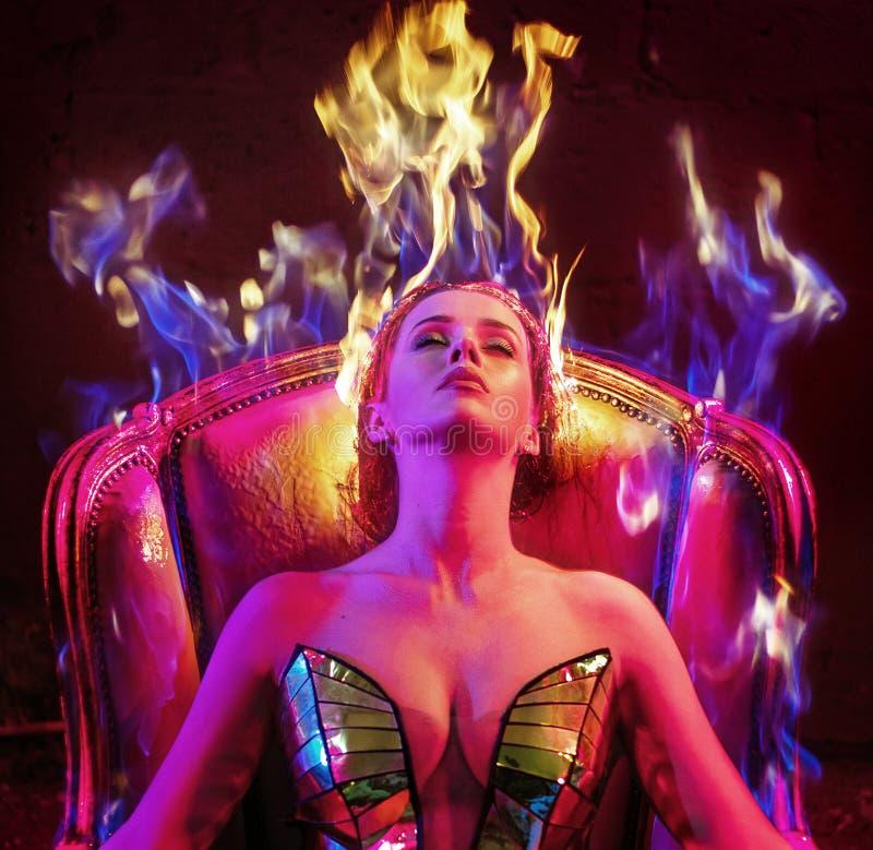 一名妇女的概念性画象有火焰理发的 库存照片