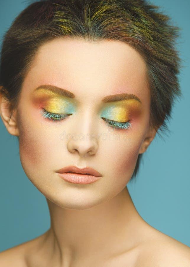 一名妇女的特写镜头画象有明亮地色的头发和象彩虹的构成的 多彩多姿的头发,美丽的嘴唇和 库存照片