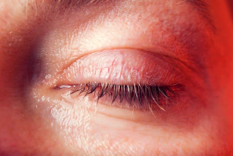 一名妇女的特写镜头蓝眼睛有泪花的 r 库存照片