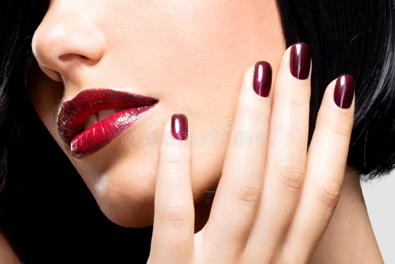 一名妇女的特写镜头面孔有美丽的性感的红色嘴唇和黑暗的na的 免版税库存图片