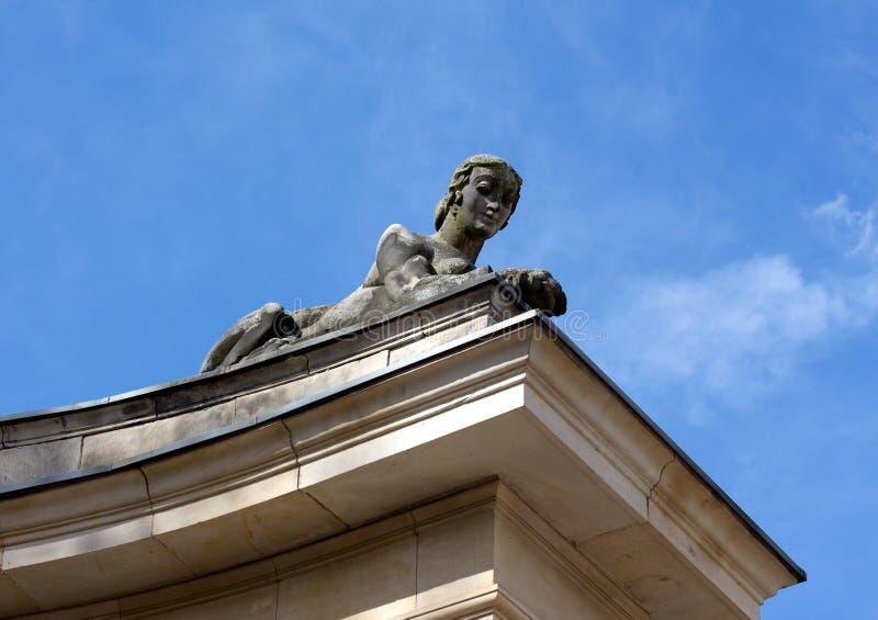 一名妇女的狮身人面象雕塑反对天空的 免版税库存图片
