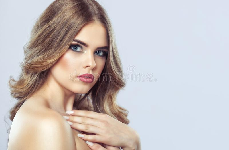 一名妇女的画象有美好的构成和发型的 库存图片