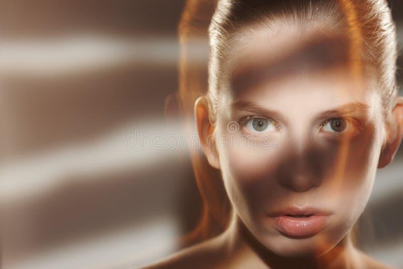一名妇女的画象艺术性的光的 免版税库存照片