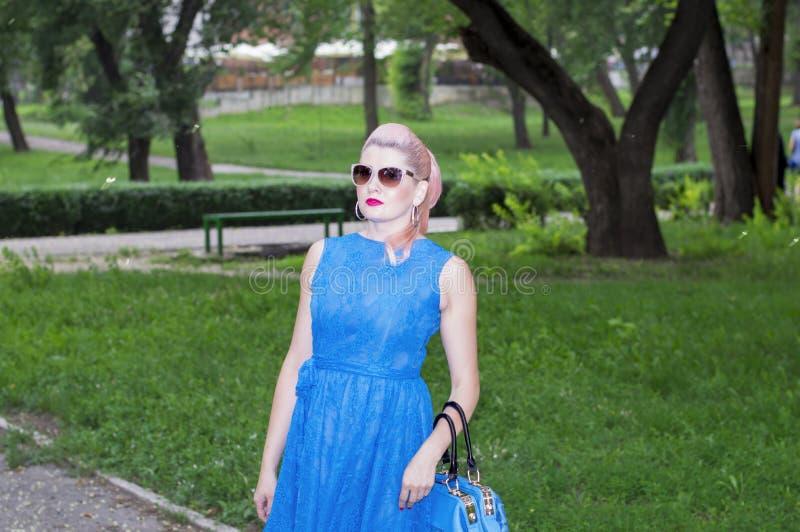 一名妇女的画象蓝色的在公园 库存照片