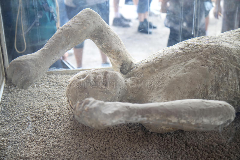 一名妇女的石膏模型在古老庞贝城,意大利 库存照片
