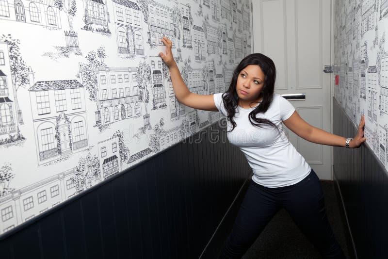 一名妇女的纵向走廊的 免版税库存图片