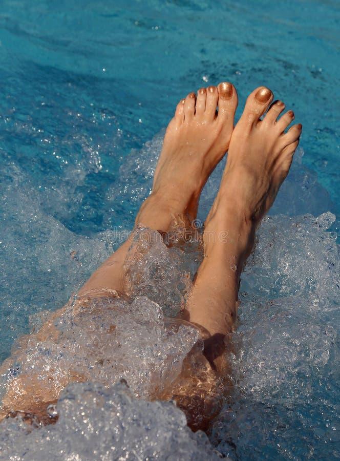 一名妇女的脚有钉子的与在旋涡期间的搪瓷在p 图库摄影