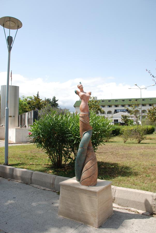 一名妇女的雕塑没有手的在海滨在凯梅尔在土耳其 库存图片