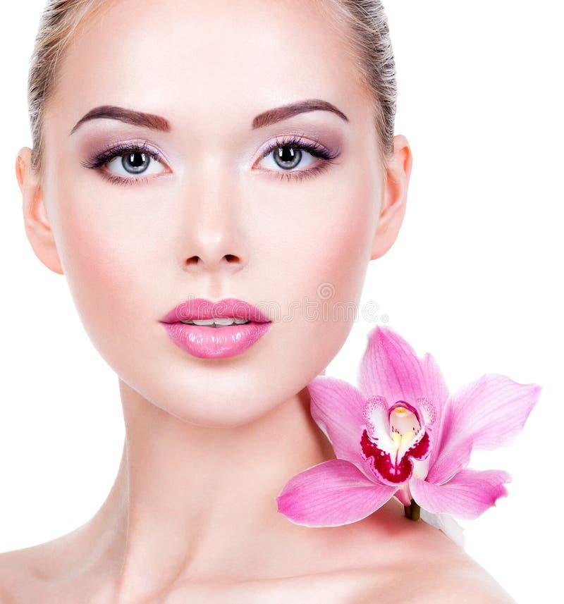 一名妇女的面孔有紫色眼睛构成和嘴唇的 免版税库存图片