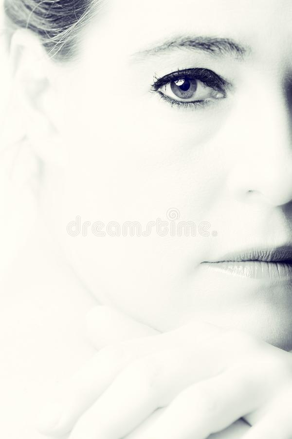 一名妇女的高关键画象有空的表示的在她的面孔 图库摄影