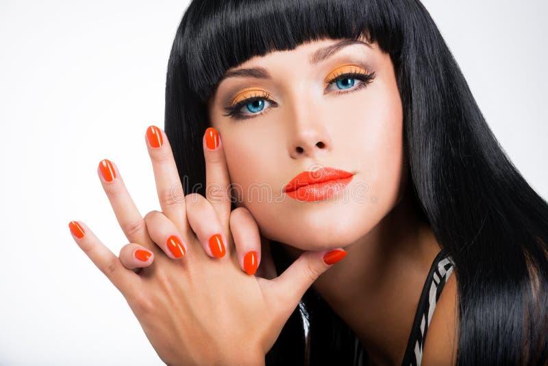 一名妇女的画象有红色钉子和魅力构成的 库存图片